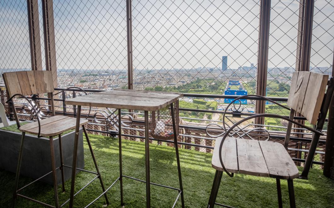 terraza de verano con una vista del Champs de Mars