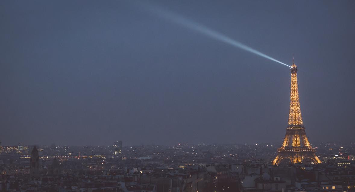 vue panoramique sur la tour Eiffel de nuit
